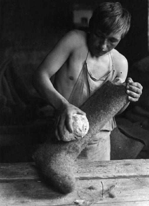 Изготовление валено из овечей шерсти. Город Кимры, Тверская область, 1930 год.