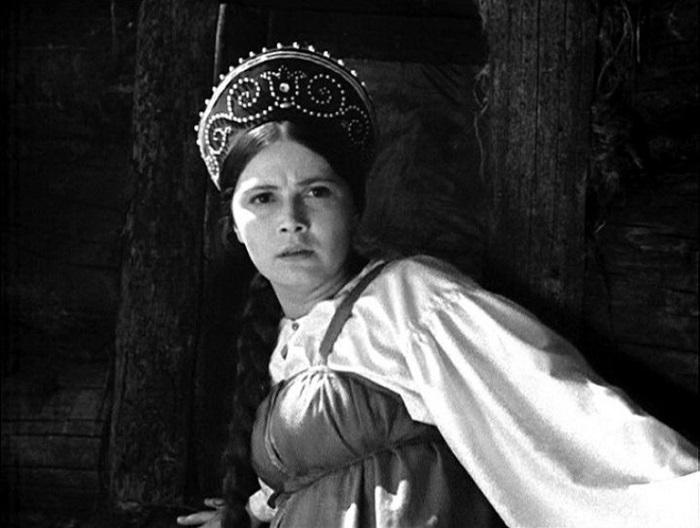Классическая русская красавица сыграла главную женскую роль в фильме-сказке «Василиса Прекрасная» (1939 год).