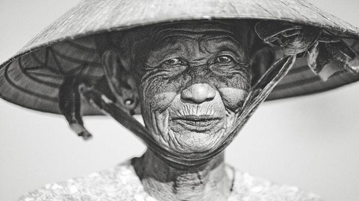 Вьетнам быстро меняется, и линии на лицах пожилых людей представляют жизненные истории и традиции.