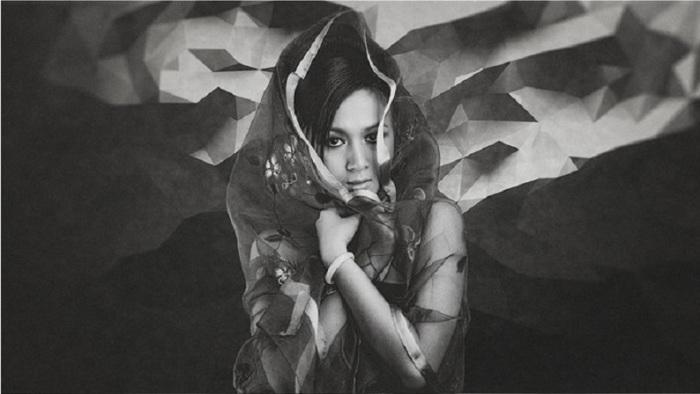 Молодая девушка, модельной внешности на историческом снимке фотографа.