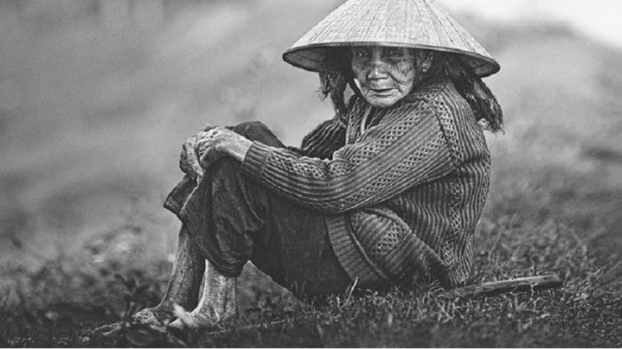 Вьетнамская женщина, перед тем как сесть за стол, обязана сначала позаботится о своем муже, а только потом может приступить к приему пищи сама.