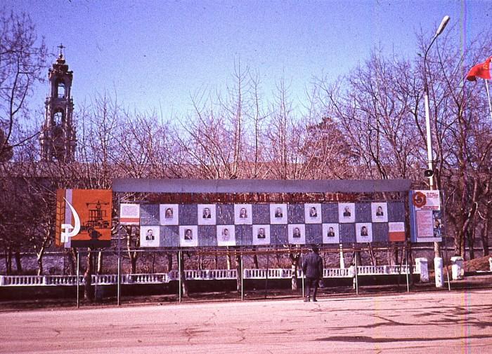 Стенд с именами и фотографиями передовиков производства.