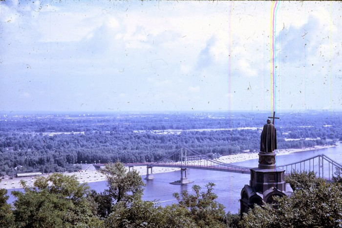 Киев расположен на реке Днепр.