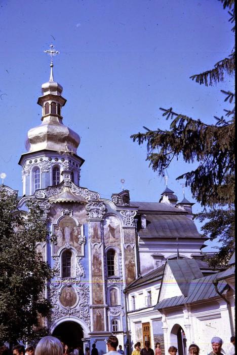 Троицкая надвратная церковь и главный вход в заповедник.