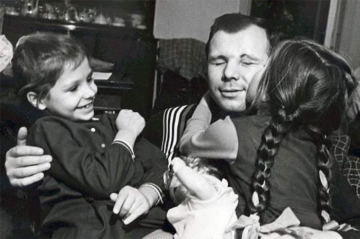 Юрий Алексеевич с дочерьми Галей и Леной.