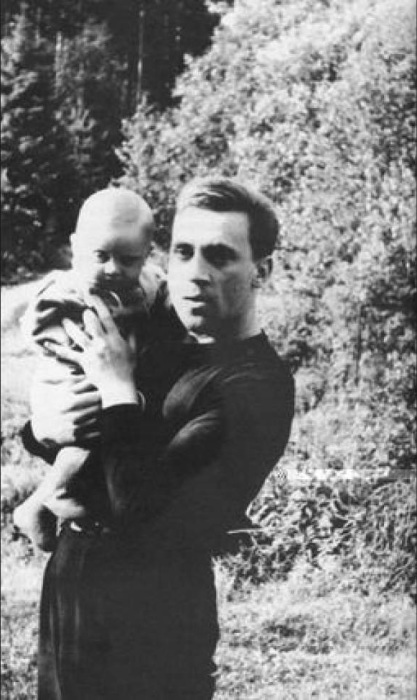 Известный поэт и актер с сыном Аркадием.