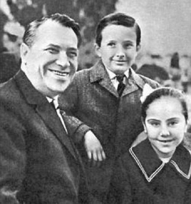 Марка Наумович с детьми Жаном и Натальей.