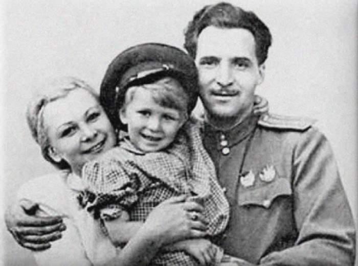Актриса Валентина Серова с сыном Анатолием и мужем, писателем Константином Симоновым.
