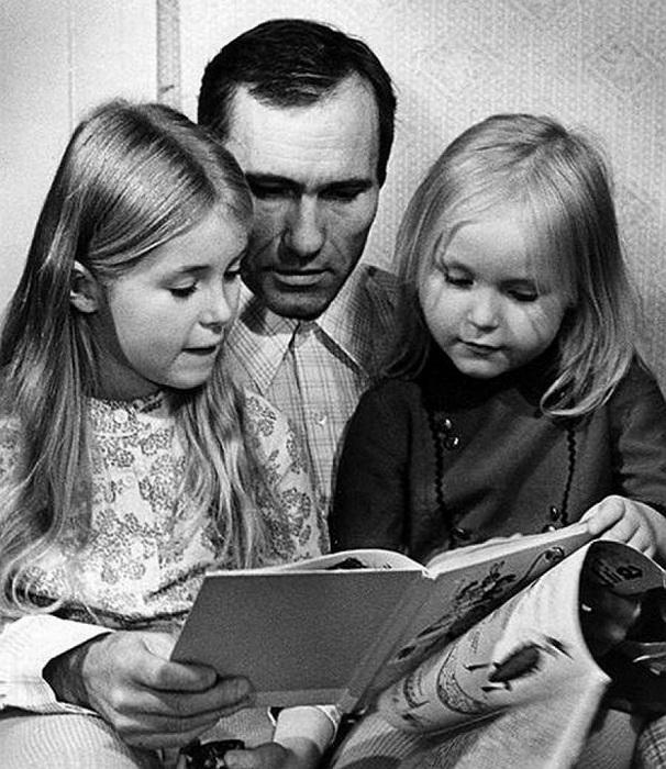 Василий Макарович с дочерьми Машей и Олей.