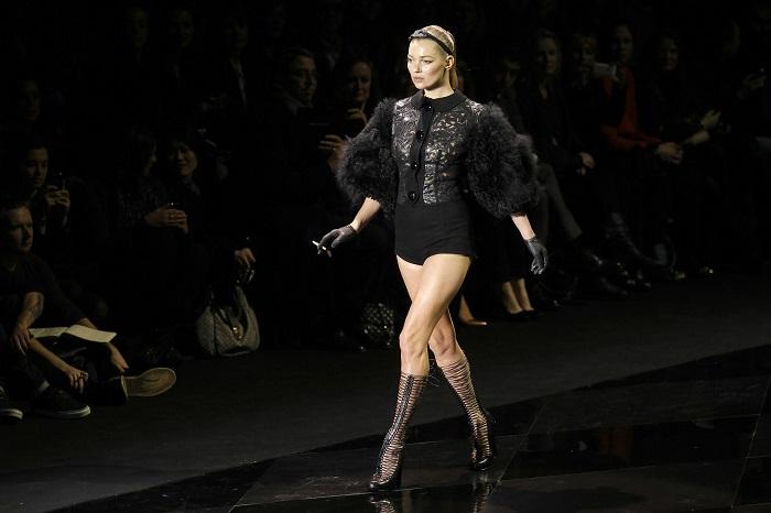 Свой первый миллион Кейт заработала в возрасте 20 лет. В 2000 году девушка была признана самой дорогой моделью мира. Заработок за последний год: 4,5 миллиона долларов.
