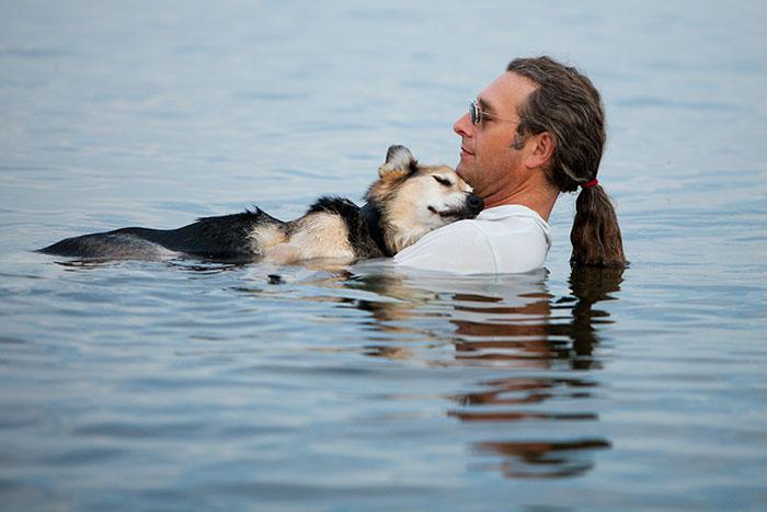 Каждую ночь этот человек нес свою 19-летнюю собаку страдающую от артрита в теплую воду озера чтобы облегчить боль и заставить её немного поспать.