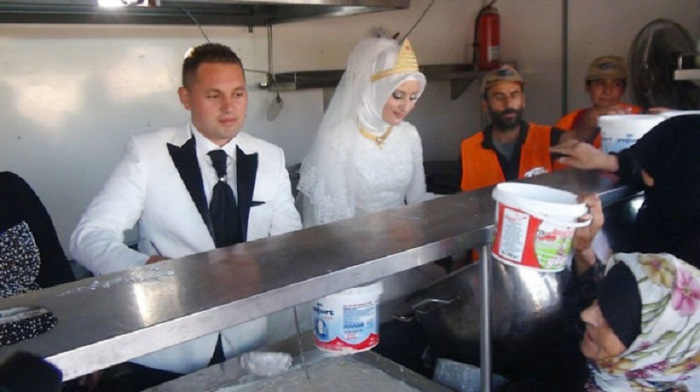Жених и невеста вместо свадьбы накормили 4000 беженцев.