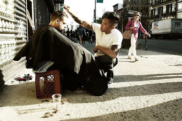 Каждое воскресенье парикмахер из Нью-Йорка бесплатно подстригает бездомных.