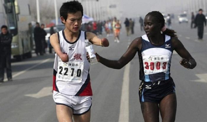 Жаклин Киплимо помогает бегуну закончить марафон в Тайване.