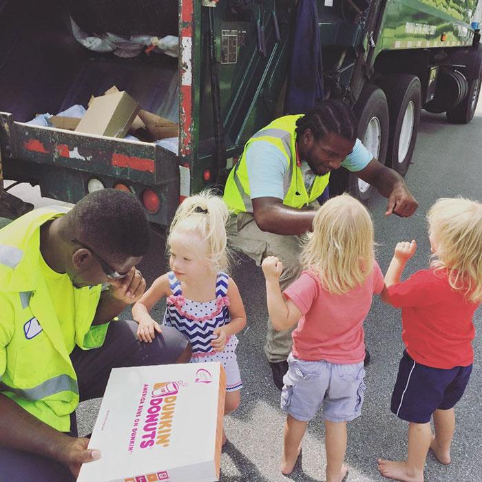 Тройняшки угощают водителей мусоровоза вкусняшками.
