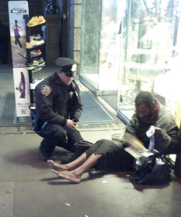 Полицейский купил бездомному обувь Лоуренс ДеПримо.