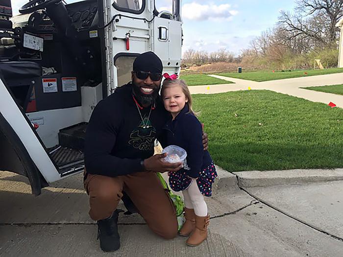 Маленькая девочка подарила кексик водителю мусоровоза в честь своего дня рождения.