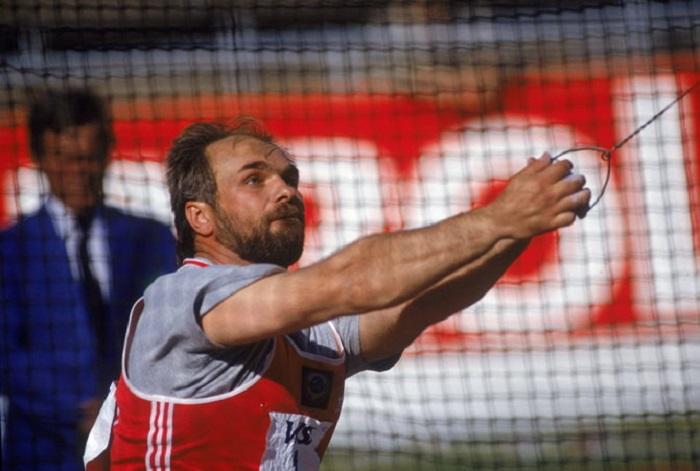 30 августа 1986 года на чемпионате Европы по лёгкой атлетике в Штутгарте советский метатель молота Юрий Седых в одной из попыток отправил снаряд на 86 метров 74 сантиметра.