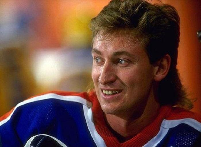 Во всех своих играх в 1984-1985 годах, включая и состязания на Кубок Стэнли, Уэйн Грецки набрал рекордное число очков — 255 (90 голов и 165 голевых передач).