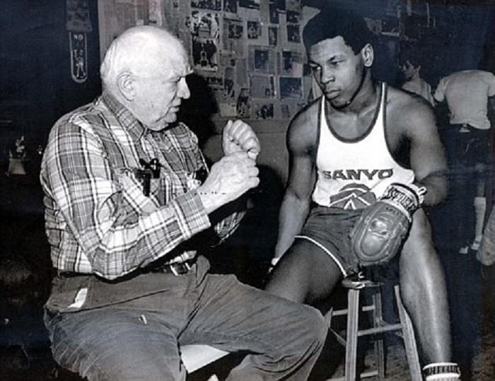 22 ноября 1986 года был исторический бой, после которого Майк Тайсон стал самым молодым чемпионом мира в тяжёлом весе за всю историю бокса. Майку было 20 лет 4 месяца и 22 дня.