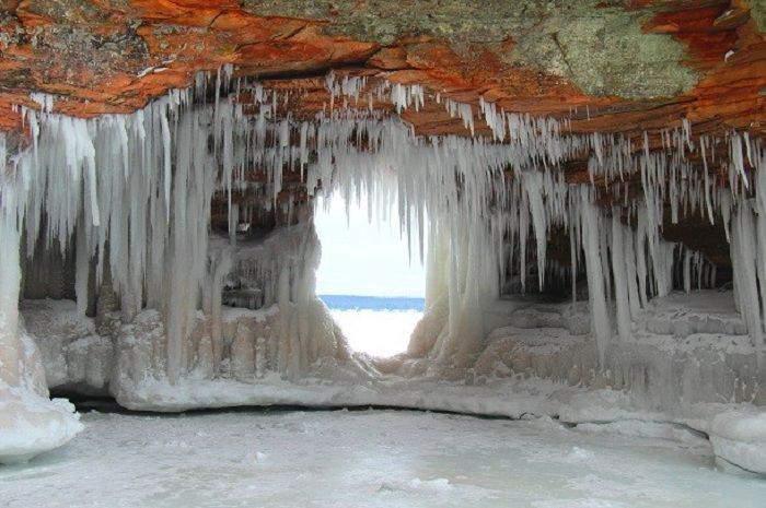 Пещеры славятся мощной акустикой, а лед в них не тает круглый год.