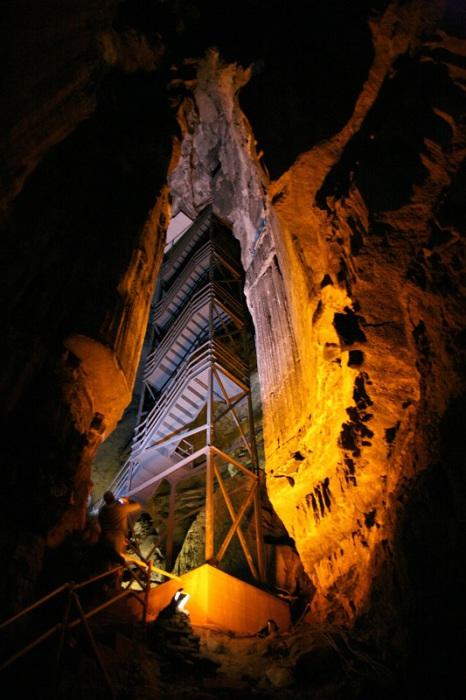 «Мамонтовой пещерой» её назвали благодаря огромным размерам, которые в 1800-х году многие исследователи сравнивали с размерами мамонтов.
