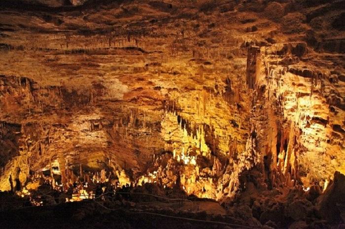 Мост естественного происхождения в карстовой пещере.