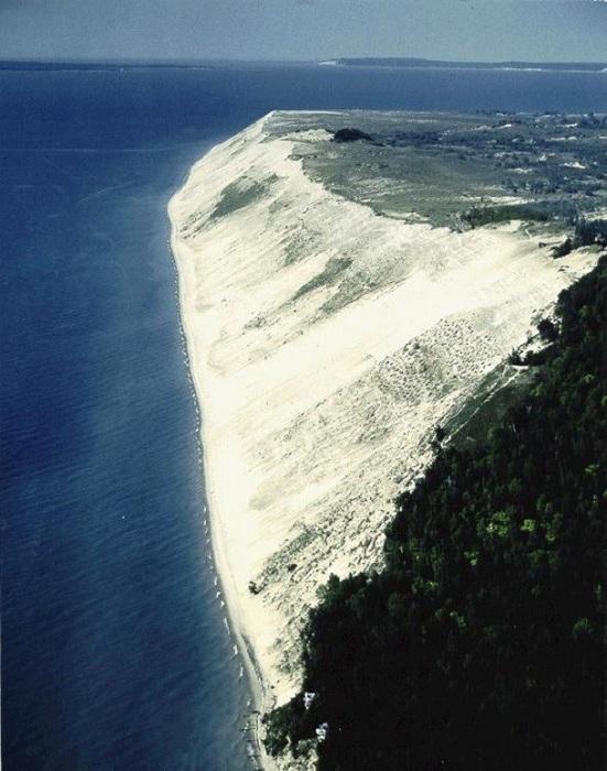 Национальный заповедник на восточном побережье озера Мичиган, песчаные холмы высотой до 180 м в окружении густых хвойных лесов.