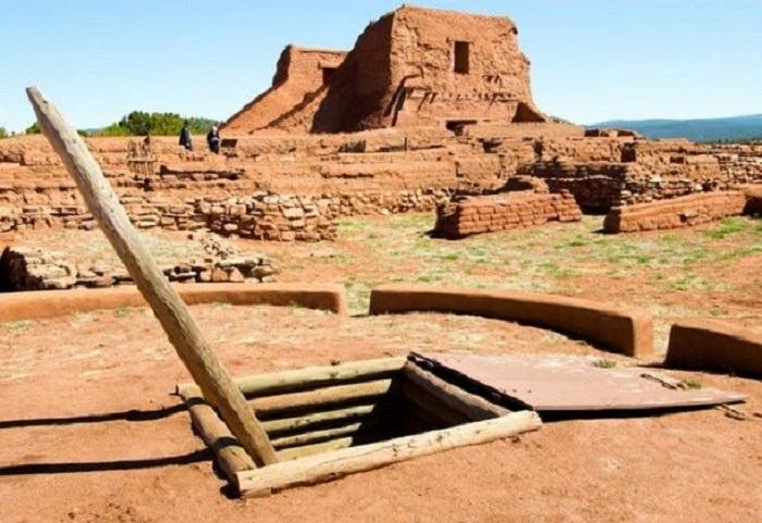 Известен благодаря находящимся на его территории руинам жилищ племени пекос-пуэбло.