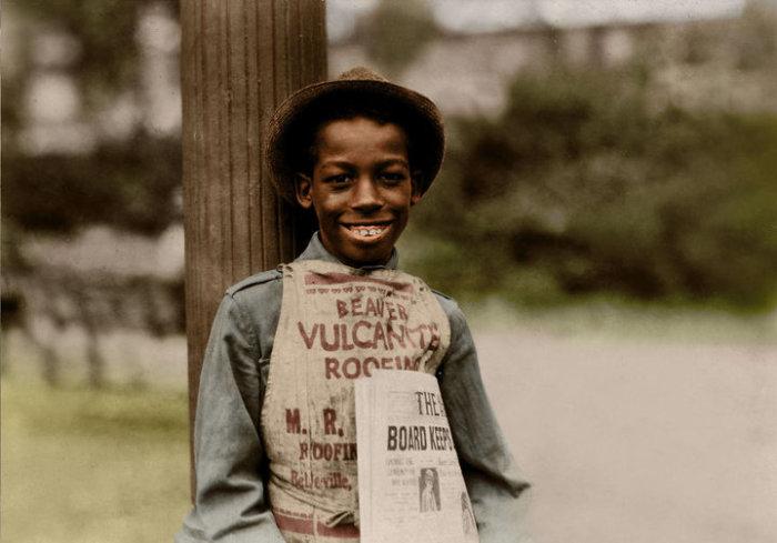 11-летний Роланд, продающий газеты на улице города.