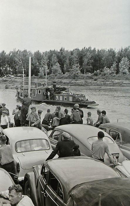 Желающие попасть на другую сторону реки.