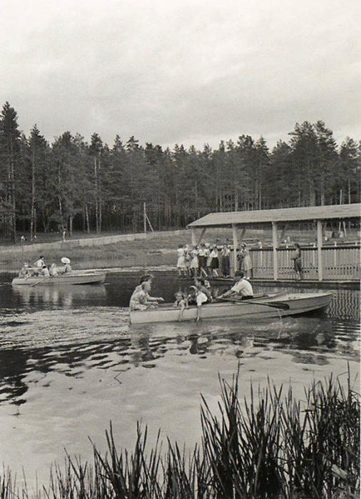Катание детей в лодке на озере.