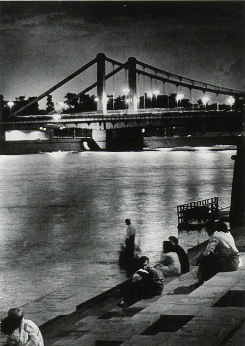 Отдыхающие на берегу Москвы-реки.