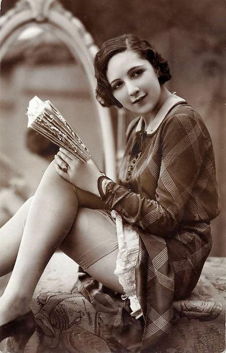 Женщина с книгой.