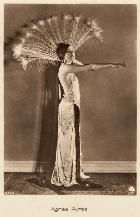 Американская актриса, получившая известность в эпоху немого кино.