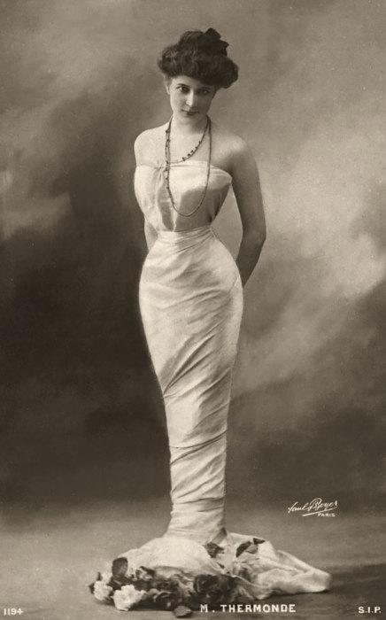 Затянутая в корсет фигура М. Термонд имела S-образный силуэт.