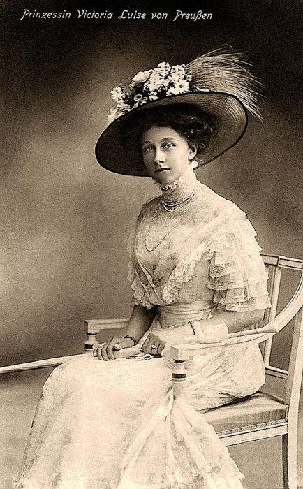 Дочь германского императора Вильгельма II, супруга Эрнста Августа Брауншвейгского, мать греческой королевы Фредерики.
