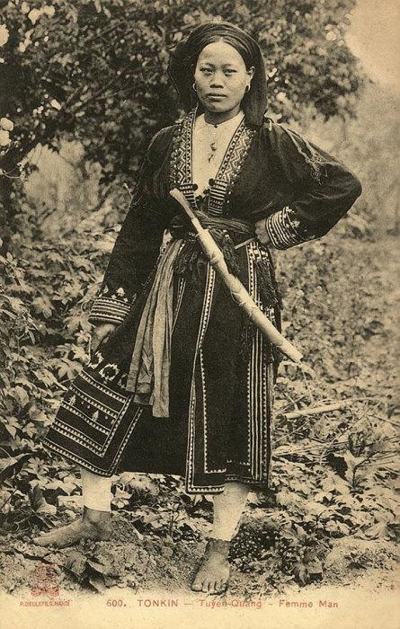 Молодая вьетнамская женщина с мечом.