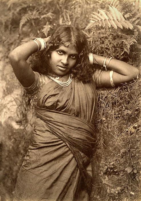 Девушка в национальном одеянии.