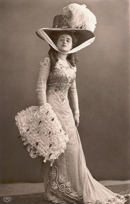 В конце 1900-х годов, женские шляпы значительно увеличились в своих размерах.