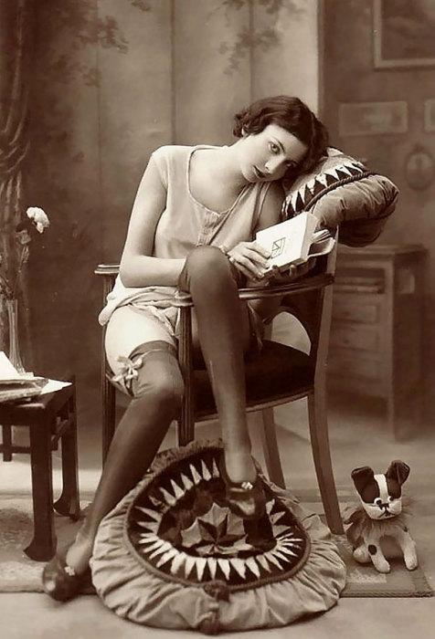 Неизвестная леди с книгой.