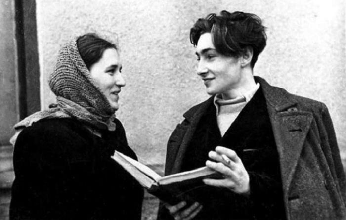 Две легендарные личности советского кинематографа прожили вместе 13 лет. Их страстная любовь и брачный союз у многих вызывали удивление - уж очень разными по темпераменту были супруги.