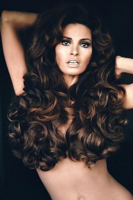 Актриса с шикарными, пышными, изящно струящимися длинными волосами.