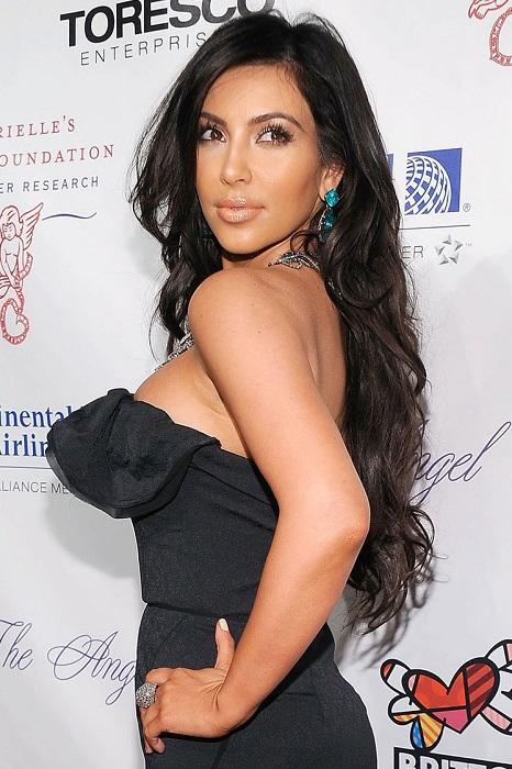 Прямые длинные волосы – коронная фишка Ким. Каждый раз она выглядит по-новому с очаровательной укладкой.