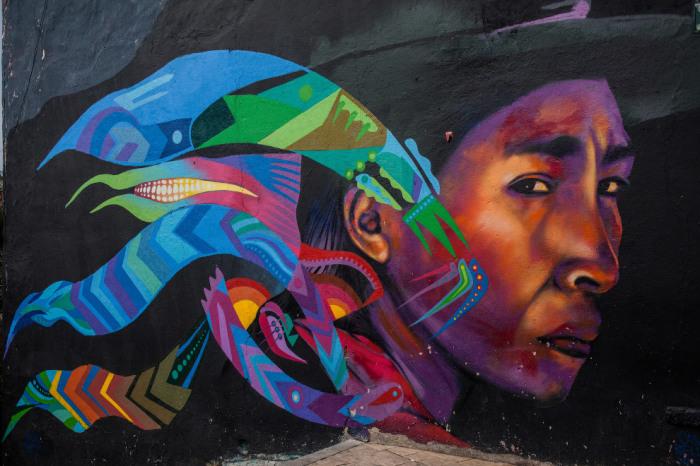 Красочное граффити на площади дель Чорро-де-Кеведо в историческом районе Ла Канделария Андской столицы.