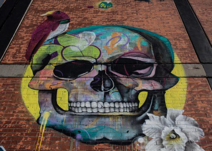 Граффити канадского певца не впечатлило местных художников, его работа была расписана.