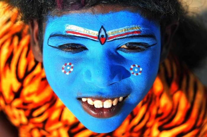Ребенок одет в наряды индийской богини.