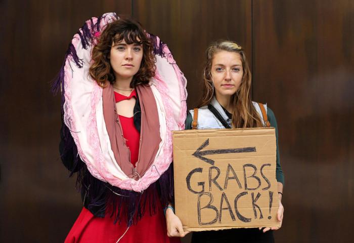 Две девушки высказывают публично свое мнение.