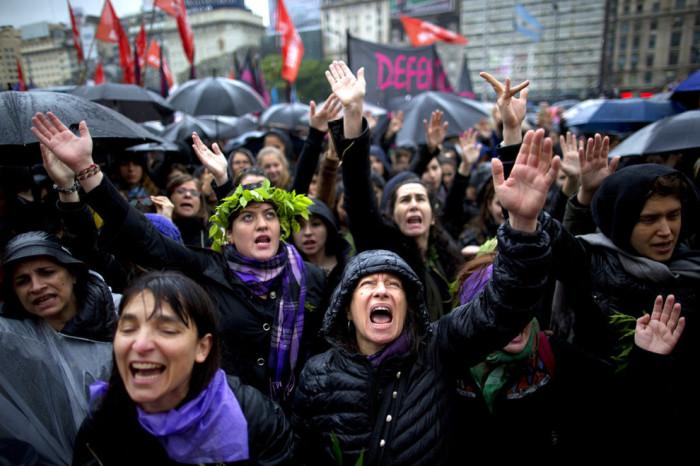 Аргентинские женщины выщли на улицы в знак протеста гендерного насилия в семье.