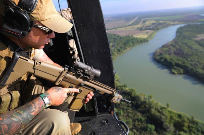Агенты и пограничники проверяет границы США и Мексики в Макаллен, Техас.